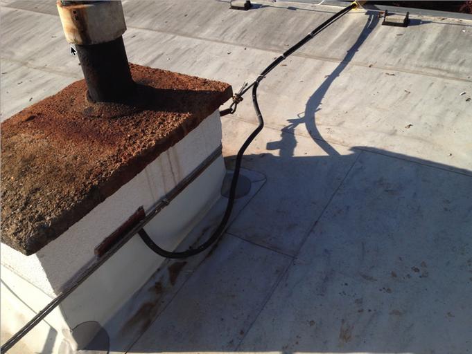 Foto – Vývod kabelového vedení NN od tělesa komína do stánku rychlého občerstvení